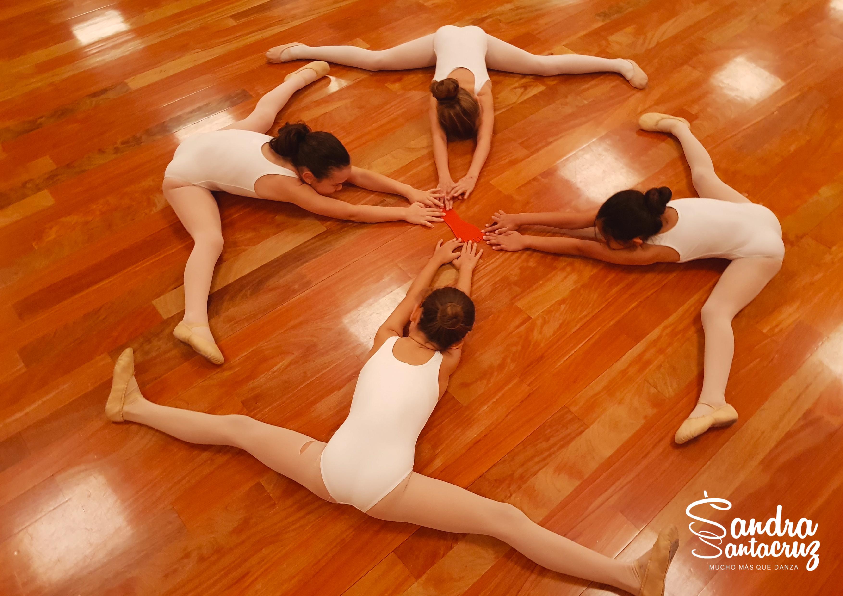 Foto de un grupo de alumnas de 6 a 8 años del Centro de Danza Sandra Santa Cruz trabajando la flexibilidad con el método de creado por su directora para el Centro.